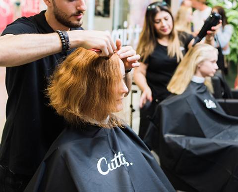 Frisør klipper hår