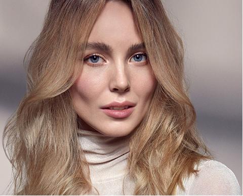 Portrett av kvinne med blondt hår
