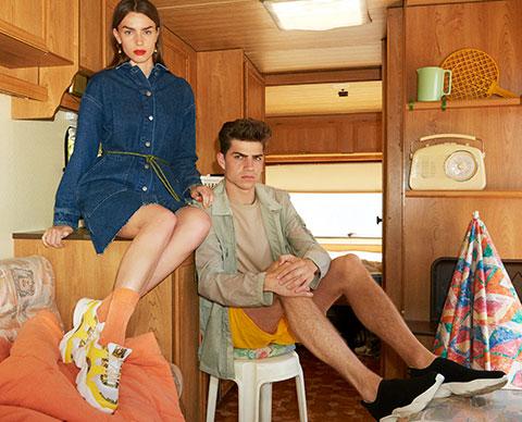 To mennesker som poser i en campingvogn.