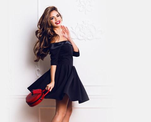Jente med svart kjole og brunt hår.