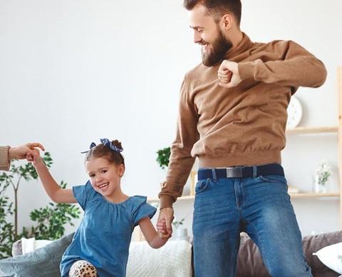 Dansende_familie_1920x580