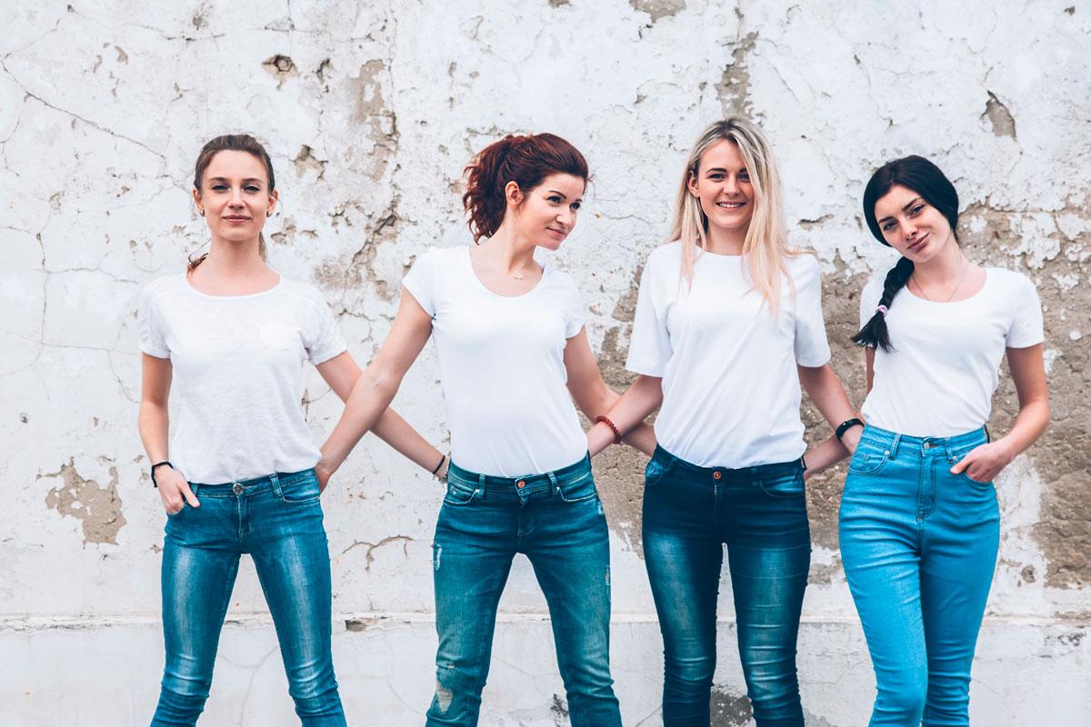 Gruppe jenter iført jeans og hvite tskjorter