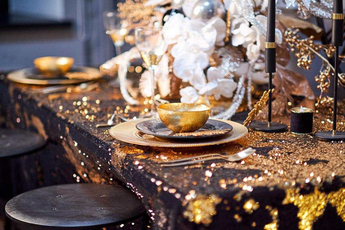 Nyttårsbord med svart og gull detaljer