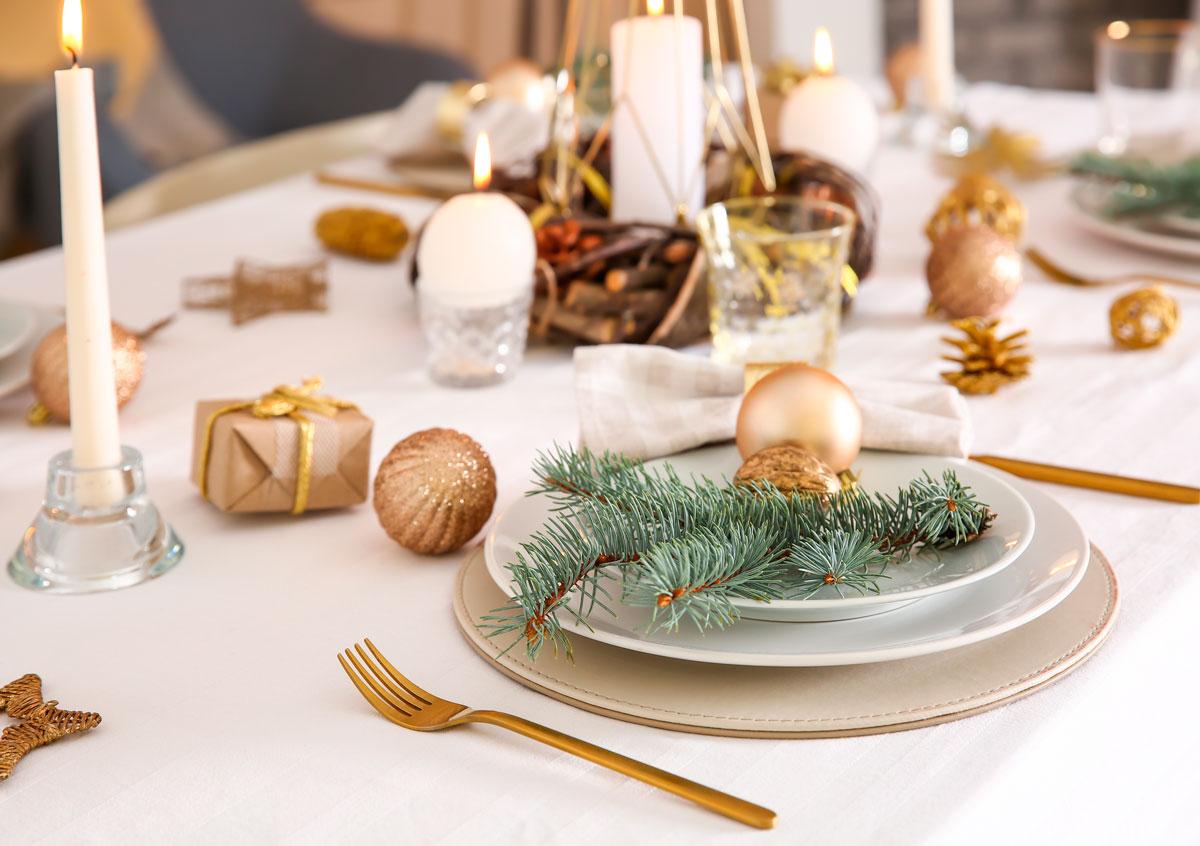 Nyttårsbord med gull og grønt